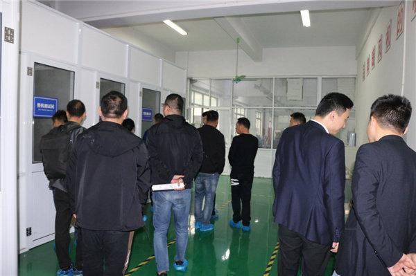 与会嘉宾来到工厂、展厅进行参观