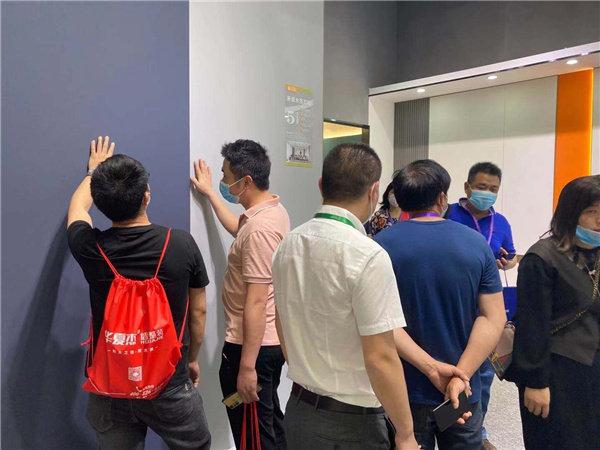参观者进入展厅欣赏