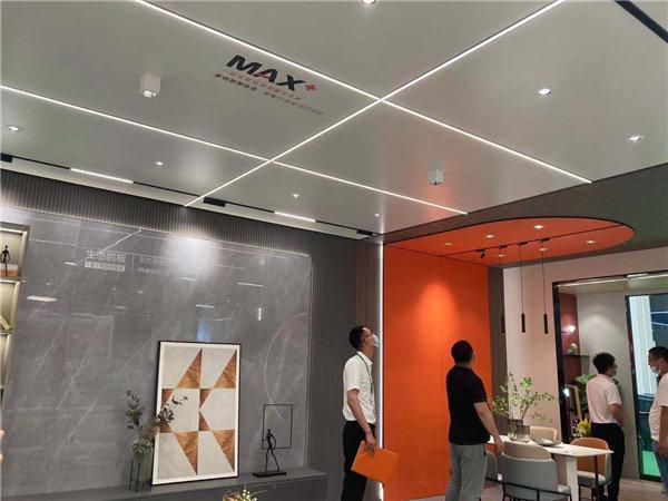 奥普所打造的客餐厅空间融合MAX+大板系列